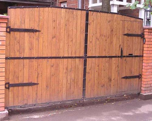 Ворота деревянные распашные фото